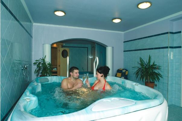 муж и жена в ванной дома